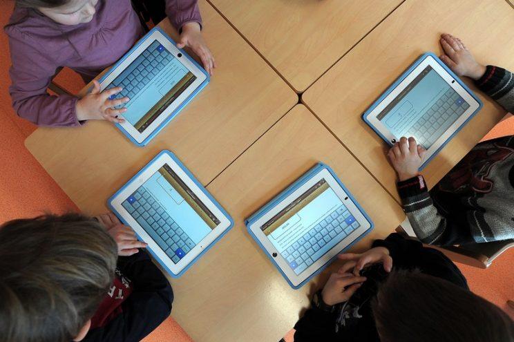 7776102344_des-enfants-utilisent-des-tablettes-en-classe